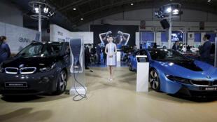 Véhicules de marque BMW présentés sur un salon. L'industrie automobile allemande est particulièrement visée par les sanctions américaines (image d'illustration).