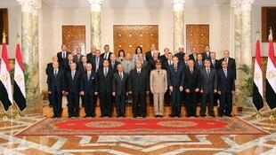 Le président intérimaire Adly Mansour (c) entouré de son nouveau gouvernement. Le Caire, le 16 juillet 2013.