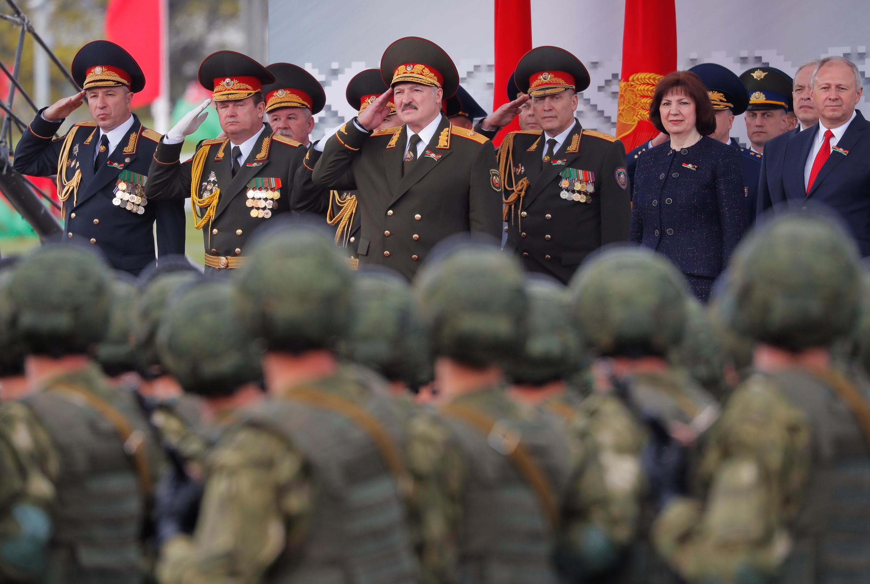 Президент А.Лукашенко принимает парад 9 мая 2020 в Минске