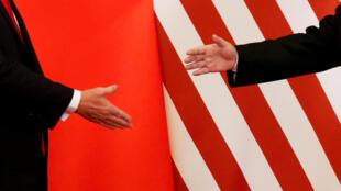 中国国家主席习近平与美国总统特朗普2017年11月9日在北京人民大会堂发表联合声明后握手