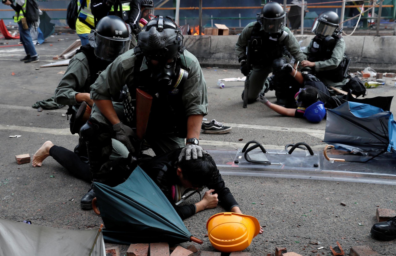 Cảnh sát bắt giữ các sinh viên cố thoát ra khỏi trường đại học Bách Khoa (PolyU) đang bị vây hãm, ngày 18/11/2019.