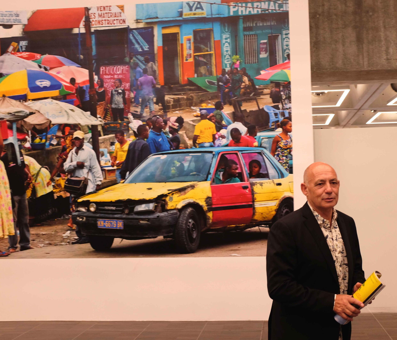 Pascal Maitre dans son exposition « Seulement humains » à la Grande Arche du photojournalisme.