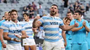 L'Argentin Marcos Kremer célèbre avec ses coéquipiers la victoire des Pumas sur la Nouvelle-Zélande lors de la 3e journée du Rugby Championship au Bankwest Stadium de Sydney le 14 novembre 2020