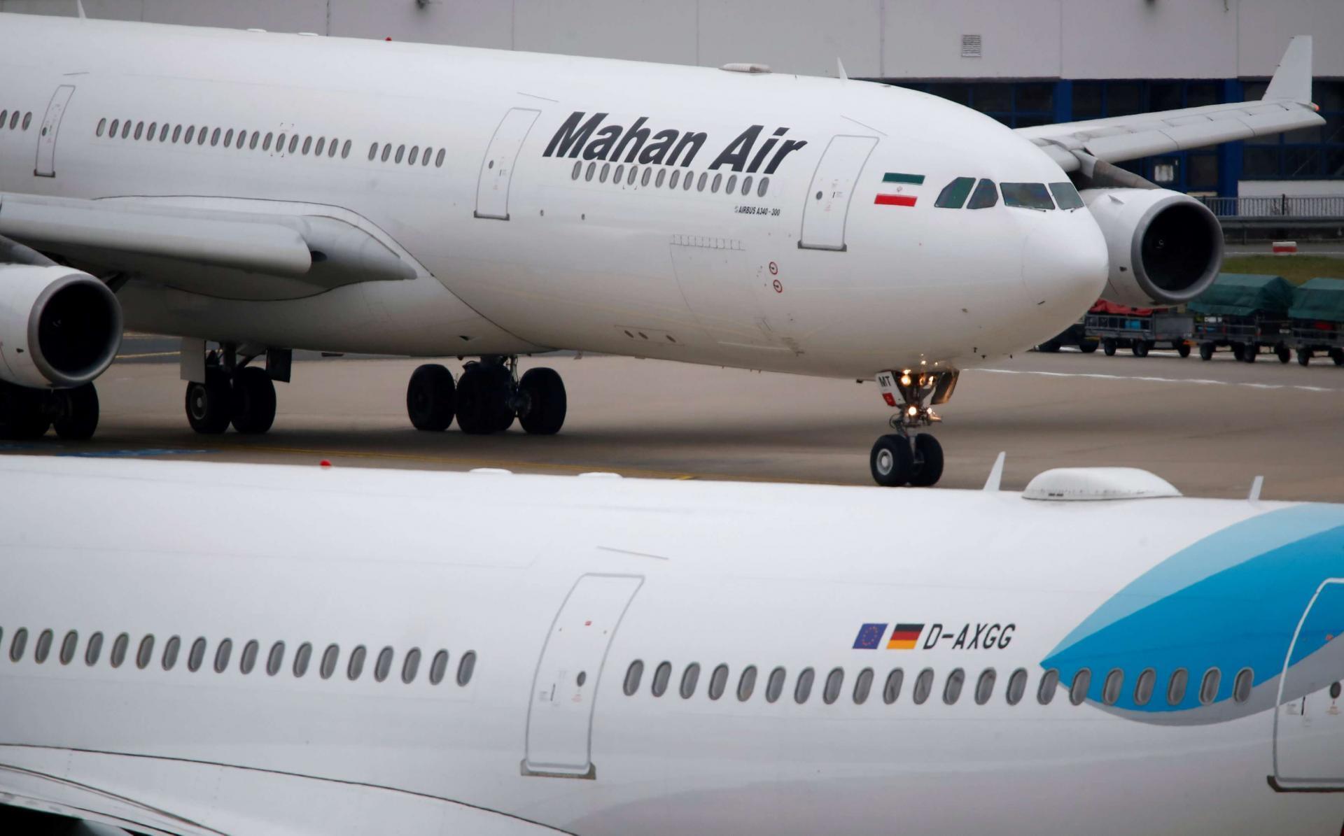 """یک هواپیمای ایرباس """"ماهان ایر  A340-300"""" در فرودگاه دوسلدروف."""