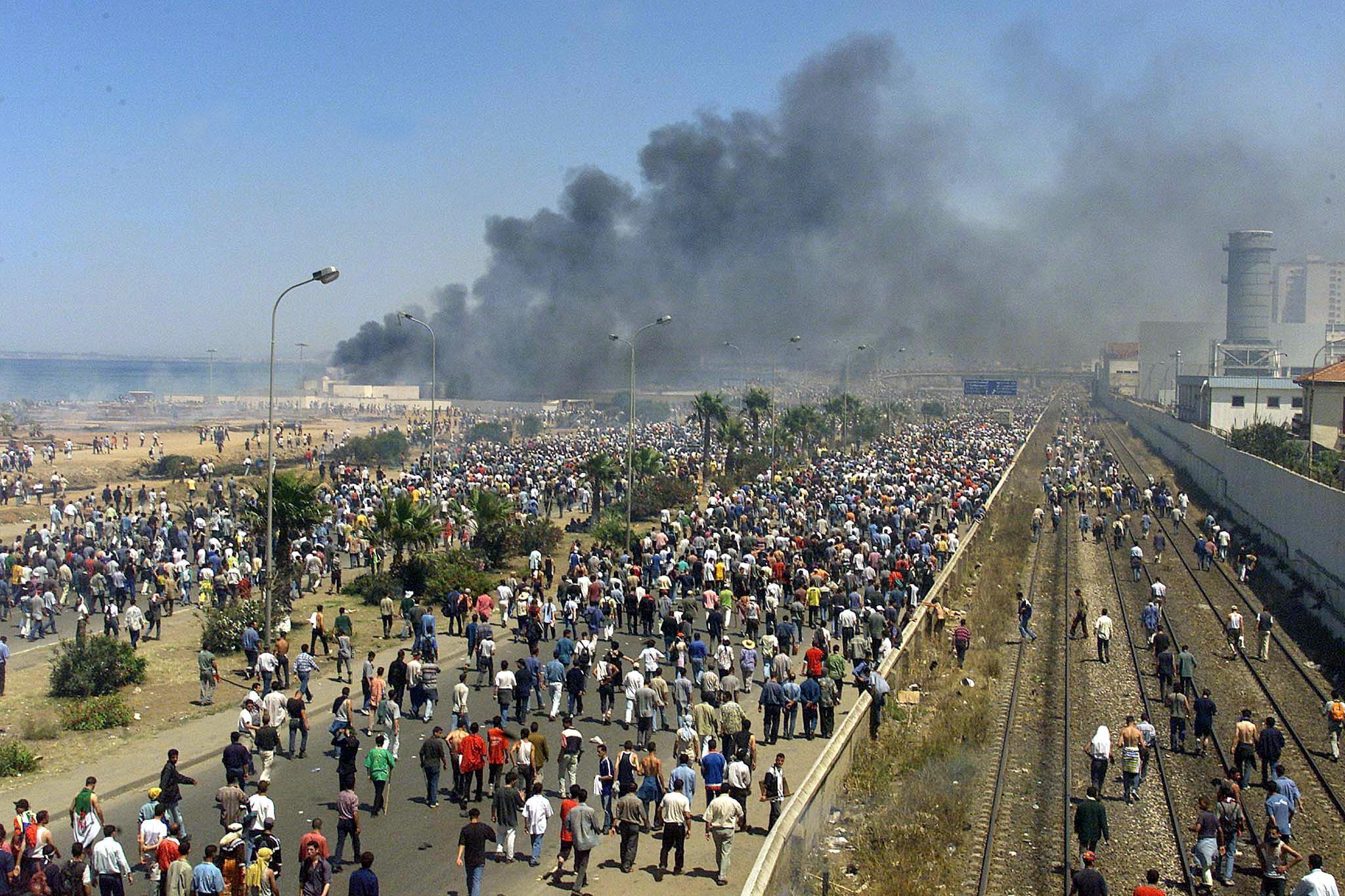 Des heurts violents opposent des manifestants kabyles anti-Bouteflika et forces de l'ordre, à Alger, le 14 juin 2001.