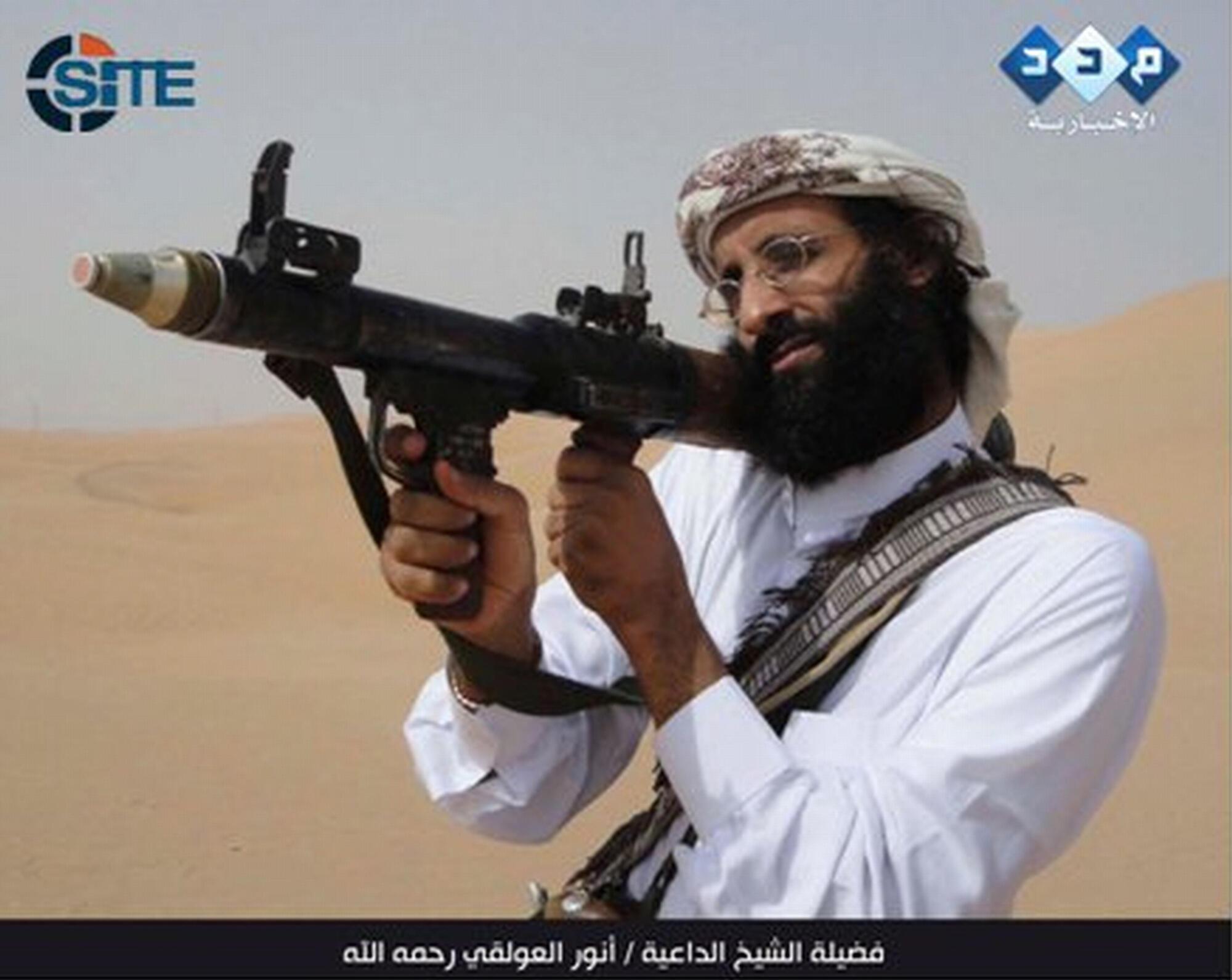 Anouar al-Awlaki, được coi là một thủ lĩnh tinh thần của AQPA, trong một video do SITE cung cấp. Anouar al-Awlaki bị Hoa Kỳ bắn hạ hồi tháng 9/2011.
