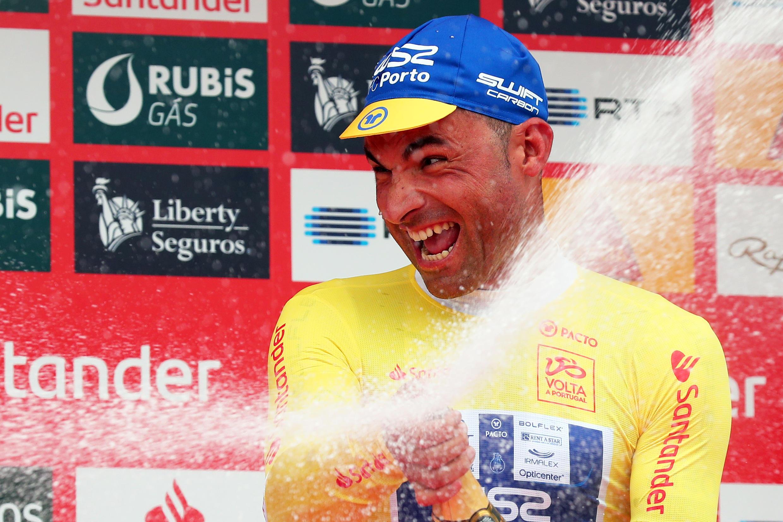 Ciclista português Samuel Caldeira (W52-FC Porto) festeja vitória no prólogo da Volta a Portugal em Viseu a 31 de Julho de 2019.