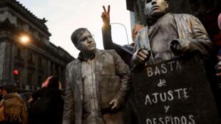 «Plus de licenciements ni d'ajustements», peut-on lire sur la pancarte de ce manifestant, le 30 août 2018 à Buenos.