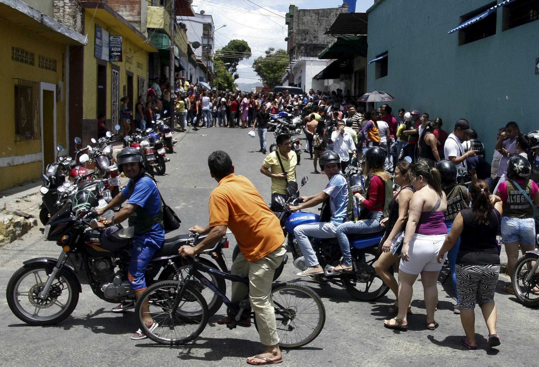 Décembre 2019 (illustration) : file d'attente à quelques mètres de la frontière entre le Venezuela et la Colombie. Seuls les malades, les personnes âgées et les étudiants sont autorisés à la franchir.