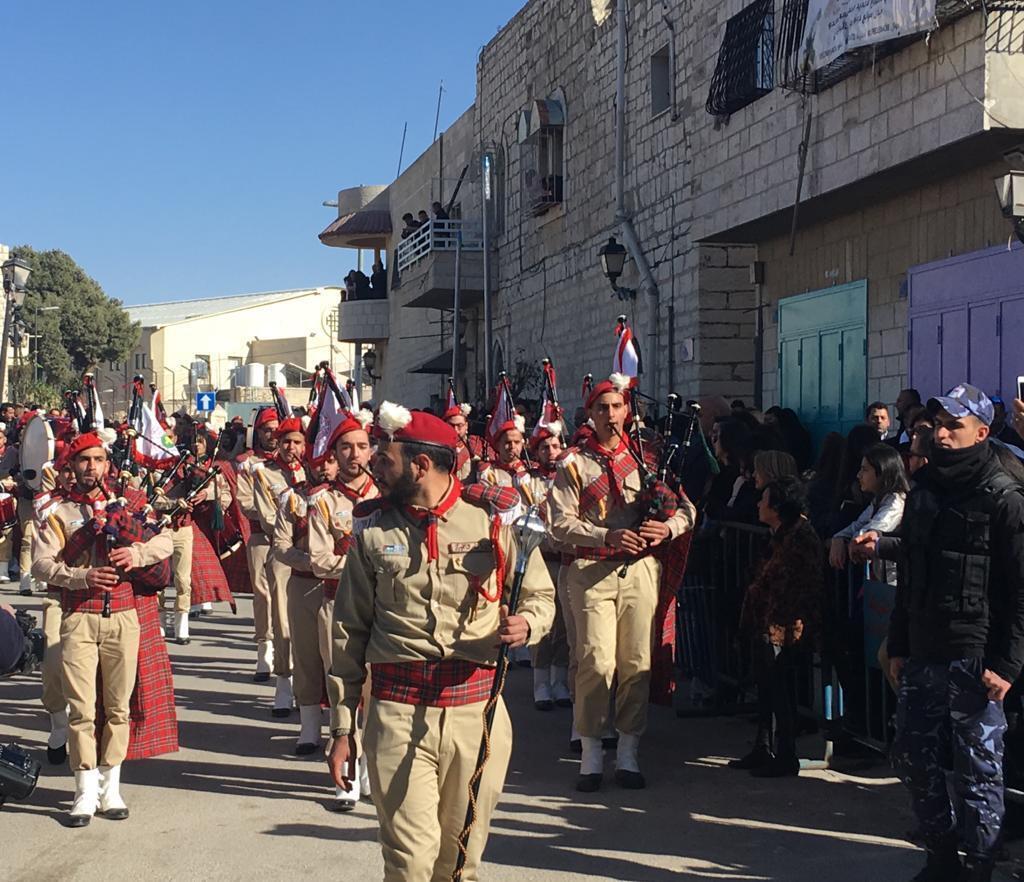 À Bethléem, des parades ont lieu dès l'après-midi avant Noël pour fêter la Nativité.