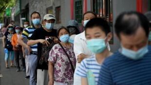À Pékin, des habitants font la queue pour se faire dépister.