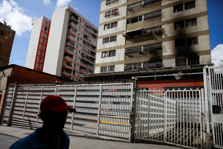 Bên ngoài một tòa nhà bị nổ do máy bay không người lái gài thuốc nổ để ám sát tổng thống Maduro tại Caracas. Ảnh chụp ngày 05/08/2018.