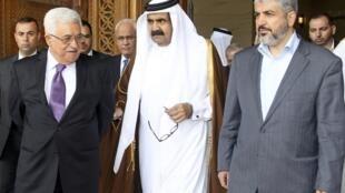 President Mahmoud Abbas (L) and Hamas leader Khaled Meshaal (R) walk with Qatar's Emir Sheikh Hamad bin Khalifa al-Thani