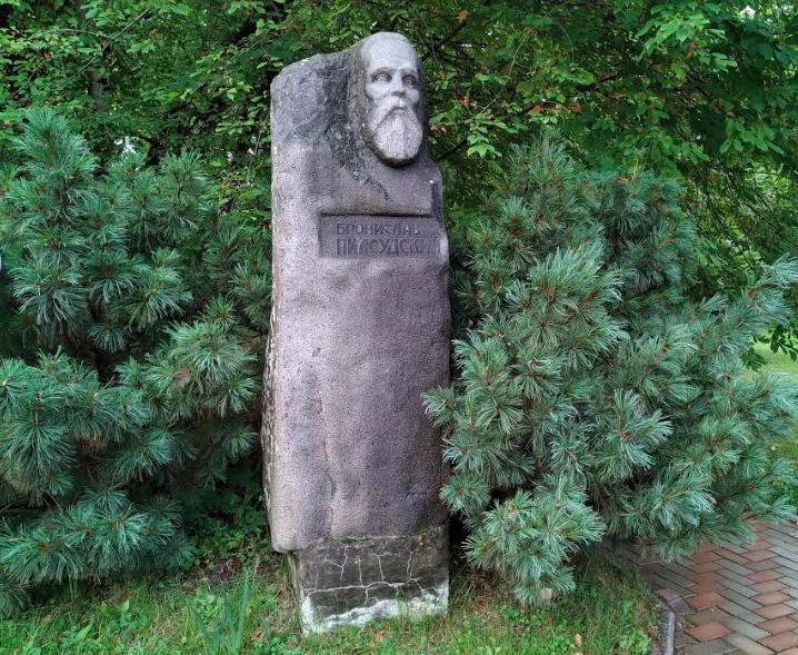 Памятник Брониславу Пилсудскому, установленный в 1991 г.  у здания Сахалинского областного краеведческого музея