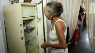 Carmen Peñaloza mira su nevera vacía. San Cristóbal, Venezuela, 22 de febrero de 2018.
