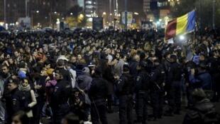 Milhares de pessoas têm saído às ruas protestando contra o governo e contra a corrupção