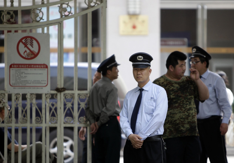 An ninh Trung Quốc đứng gác ở cổng bệnh viện nơi luật sư Trần Quang Thành đang điều trị vết thương, Bắc Kinh, 06/05/2012