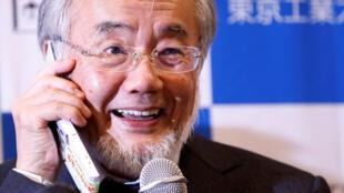 El profesor Ohsumi en conferencia telefónica después de recibir que había ganado el premio Nobel de medicina. 3 de octubre de 2016.