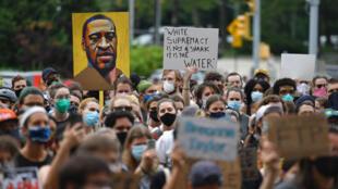 """Retrato de George Floyd en una manifestación de """"Black Lives Matter"""" en Brooklyn, Nueva York, el 5 de junio de 2020"""