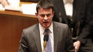 O ministro do Interior francês, Manuel Valls, publicou uma circular estabelecendo novos critérios para a regularização de imigrantes clandestinos na França.