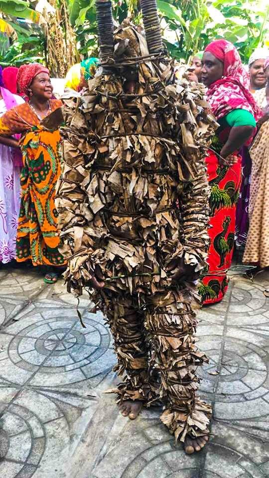 Le Ntrimba est un curieux personnage recouvert de feuilles de bananier.