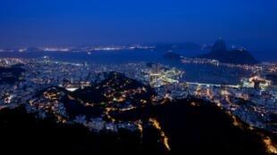Vue générale de nuit de la ville de Rio de Janeiro.