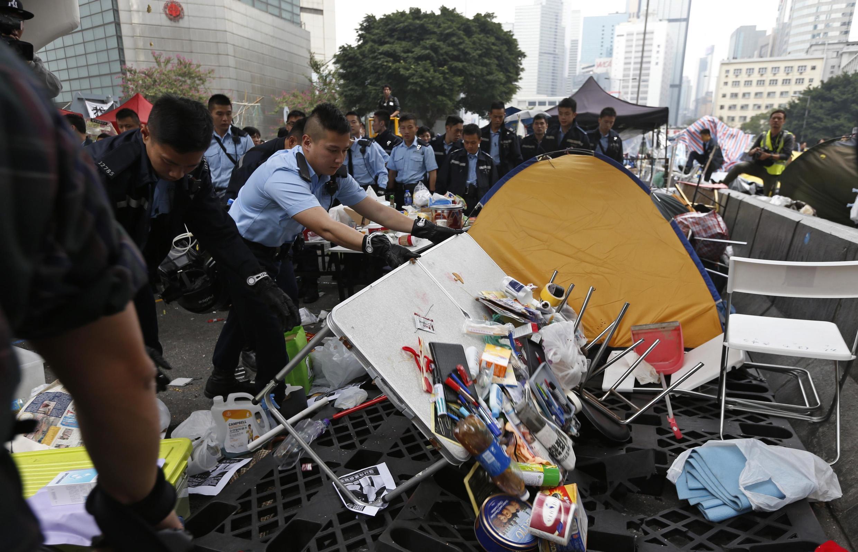 Polícia desmantela nesta quinta-feira (11) um dos pricipais acampamentos pró-democracia de Hong Kong.