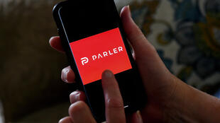 El logotipo de la red social Parler, en la pantalla de un teléfono móvil el 2 de julio de 2020 en Arlington, al noreste de EEUU