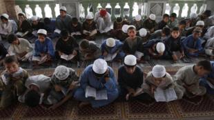 Wasu yara a kasar Afghanistan yayin karatun Al-Qur'ani mai girma  a birnin Jalalabad cikin azumin watan Ramadan.