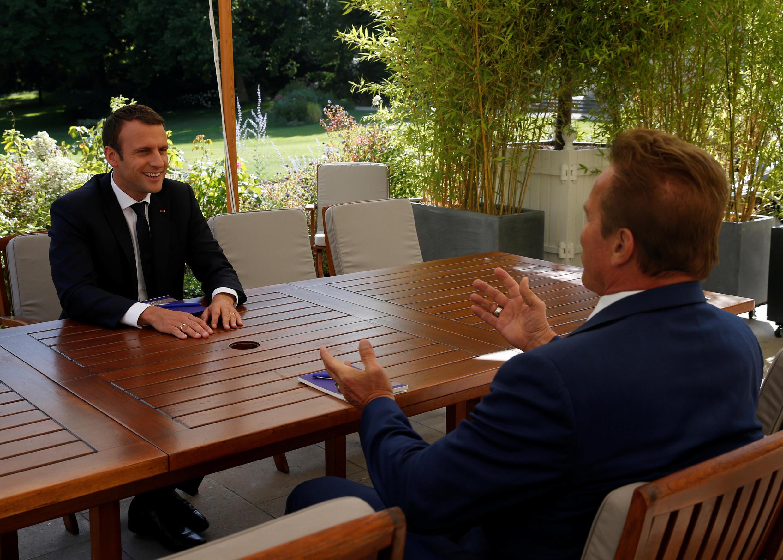 Tổng thống Pháp Emmanuel Macron (T) nói chuyện với diễn viên điện ảnh Mỹ Arnold Schwarzenegger, sáng lập viên nhóm hành động vì khí hậu R20, tại điện Elysée, Paris, ngày 23/06/2017