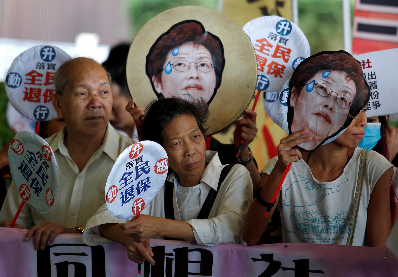 香港特首林郑月娥2017年10月11日在立法会做上任以来首次施政报告时,部分民众就全民医保问题在门外抗议。