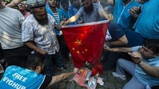 Người Turkistan biểu tình trước tòa Lãnh sự Trung Quốc tại Istanbul, Thổ Nhĩ Kỳ, ngày 1/10/2019 phản đối Bắc Kinh đàn áp người Duy Ngô Nhĩ.