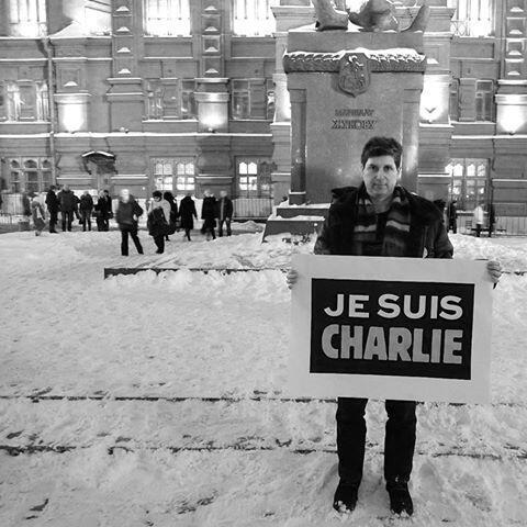 Марк Гальперин во время пикета «Je suis Charlie» на Манежной площади