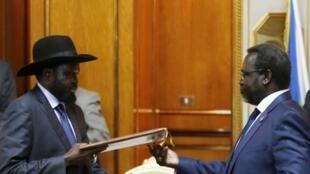 Kiongozi wa waasi Riek Machar (Kulia.) na raisi wa Sudan Kusini Salva Kiir (kushoto.),Huko Addis-Abeba, lors de la signature de l'accord de paix, le vendredi 9 mai 2014.
