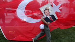 A dirigir a Turquia há 15 anos, Erdogan encaminha-se para um novo mandato de 5 anos com poderes reforçados.