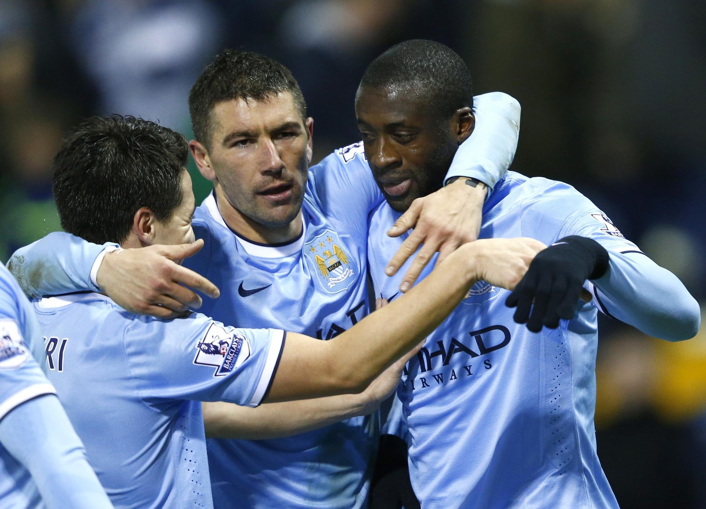 Kiungo wa kati wa Manchester City, Yaya Touré ( kulia ).