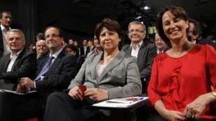 Martine Aubry (centro), Segolene Royal (direita) et Francois Hollande (esquerda) em uma reunião do PS em 9 de abril.