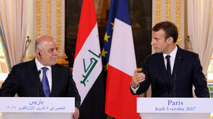 Primeiro-ministro iraquiano Haider al-Abadi e o presidente francês Emmanuel Macron, no Palácio do Eliseu em Paris, a 5 de Outubro de 2017.