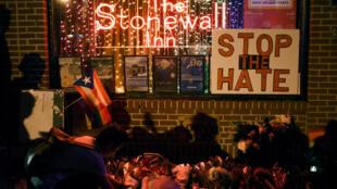 Velas e flores em homenagem às vítimas do massacre de Orlando em frente ao Stonewall Inn, em New York.