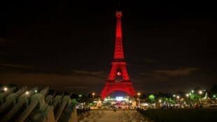Torre Eiffel recebeu iluminação especial nesta quinta-feira, para homenagear vítimas do atentado contra o aeroporto de Istambul, na última terça-feira (30).