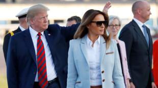 Tổng thống Mỹ Donald Trump (T) và vợ, bà Melania Trump, đến sân bay Helsinki-Vantaa, ngày 15/07/2018.
