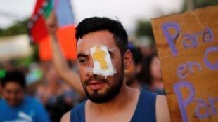 Un manifestante lleva una venda en el ojo en solidaridad con Gustavo Gatica, un joven que fue herido en los ojos. La Colina, 10 de noviembre de 2019.