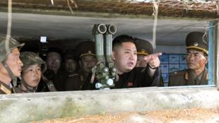 O líder norte-coreano, Kim Jong-Un, em visita a uma base militar na fronteira com a Coreia do Sul.