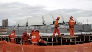Des ouvriers qualifiés travaillent sur le chantier de l'Arena das Dunas, un stade construit pour le Mondial-2014 au Brésil. Natal, le 10 mai 2014.