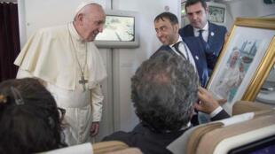 Папа римский Франциск получает подарок от журналистов в Абу-Даби, 5 февраля 2019 год