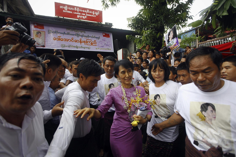 Đám đông trước trụ sở đảng Lien đoàn Quốc gia vì Dân chủ, mừng sinh nhật thứ 66 của bà Aung san Suu Kyi, ngày 19/06/2011.