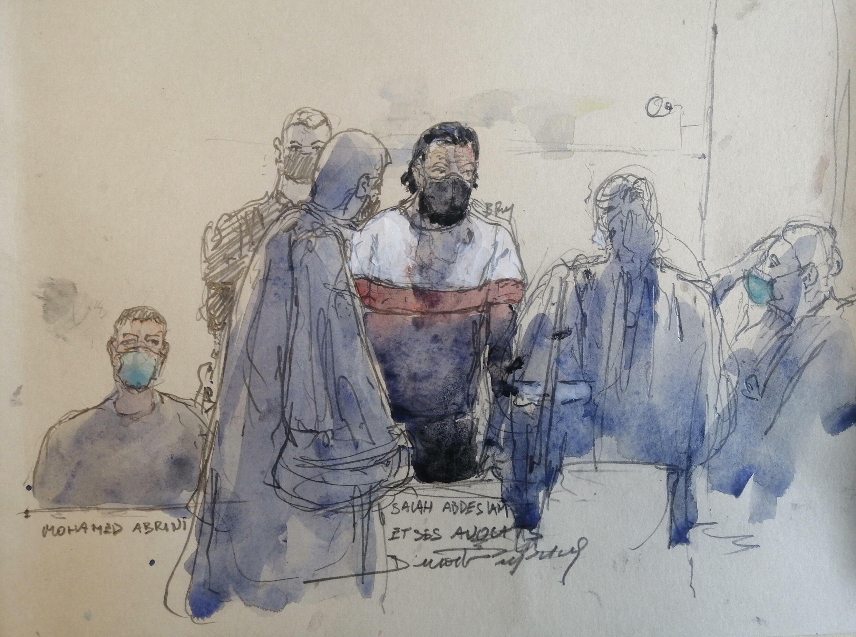 Salah Abdeslam (centro) habla con sus abogados en presencia de Mohamed Abrini (izq) en el seundo día del juicio por los atentados de noviembre de 2015 en París, un dibujo realizado en el tribunal de la capital francesa el 9 de septiembre de 2021