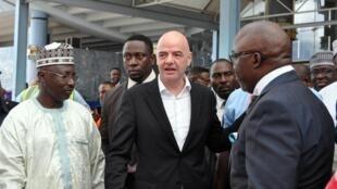 Rais wa Shirikisho la soka duniani FIFA Gianni Infantino (Katikatai) akiwa na viongozi wa soka nchini Nigeria