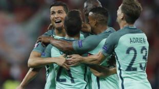 Jogadores lusos celebram vitória de Portugal na meia final do Euro de futebol