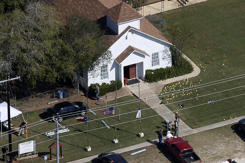Открывший стрельбу в баптистской церкви в Техасе Девин Келли был осужден за избиение жены и ребенка и не имел права ни покупать, ни владеть огнестрельным оружием